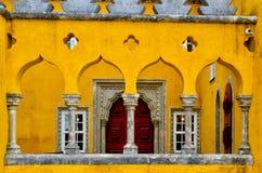 Fermez-vous du mur jaune, fen?tres en palais de Pena Abr?gez le fond d'architecture Point de rep?re c?l?bre dans Sintra, Portugal image libre de droits