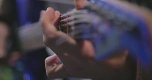 Fermez-vous du musicien jouant la guitare électrique bleue banque de vidéos