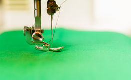 Fermez-vous du needdle dans une machine à coudre, fil sur ceci Tissu vert Photos libres de droits