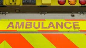Fermez-vous du nom d'ambulance au dos du véhicule photos libres de droits