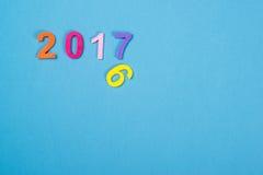 Fermez-vous du nombre coloré 2017 sur le fond en bois Foyer sélectif Photo libre de droits