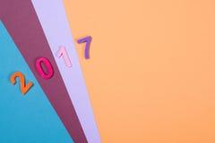 Fermez-vous du nombre coloré 2017 sur le fond en bois Foyer sélectif Photographie stock