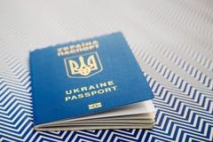 Fermez-vous du nouveau passeport biométrique international bleu ukrainien avec la puce d'identification sur le fond blanc et bleu Images libres de droits