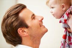 Fermez-vous du père Holding Baby Daughter Photographie stock
