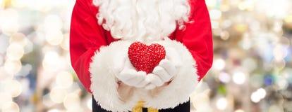 Fermez-vous du père noël avec la forme de coeur Photos libres de droits