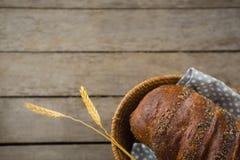 Fermez-vous du pain brun dans le panier Images stock