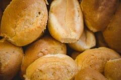 Fermez-vous du panier avec du pain frais Photo libre de droits