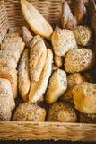 Fermez-vous du panier avec du pain frais Photographie stock
