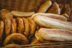 Fermez-vous du panier avec du pain frais Image libre de droits