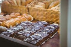 Fermez-vous du panier avec du pain frais et la pâtisserie photos libres de droits
