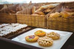 Fermez-vous du panier avec du pain frais et la pâtisserie photo stock