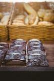 Fermez-vous du panier avec du pain frais et la pâtisserie image libre de droits