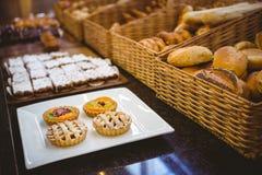 Fermez-vous du panier avec du pain frais et la pâtisserie image stock