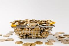 Fermez-vous du panier d'épicerie en métal pour faire des emplettes dans le supermarché avec les poignées jaunes abaissées remplie photo stock