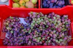 Fermez-vous du panier des raisins au marché Images stock