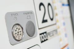 Fermez-vous du panneau de commande de la machine de commande numérique par ordinateur avec des contrôles et des boutons poussoirs Photo stock