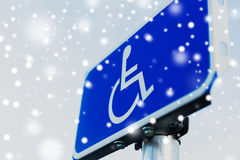 Fermez-vous du panneau routier pour la neige finie handicapée images libres de droits