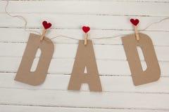 Fermez-vous du papa des textes avec des formes de coeur sur la table Photos libres de droits