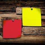 Fermez-vous du papier de note sur le fond en bois, vieux fond en bois Images stock