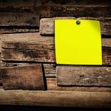 Fermez-vous du papier de note sur le fond en bois, vieux fond en bois Photos libres de droits