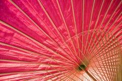 Fermez-vous du parapluie rouge japonais traditionnel Photographie stock libre de droits