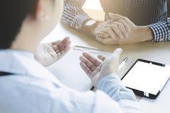 Fermez-vous du patient, docteur expliquant au sujet de la maladie dans un hôpital ou une clinique image stock