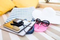 Fermez-vous du PC et du smartphone de comprimé sur la plage Photos stock