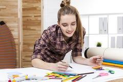 Fermez-vous du peintre de femme dans l'esquisse brune de chemise Image stock
