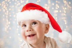 Fermez-vous du petit bébé garçon heureux dans le chapeau de Santa photo libre de droits