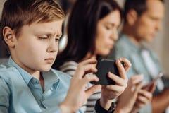 Fermez-vous du petit garçon déçu au sujet du jeu image libre de droits