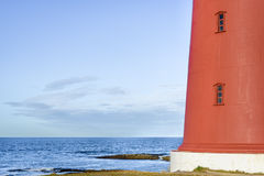 Fermez-vous du phare rouge dans Finnmark, Norvège du nord photos libres de droits