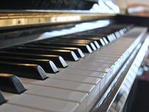 Fermez-vous du piano avec la tache floue de fond important photos libres de droits