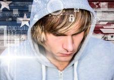 Fermez-vous du pirate informatique de cheveux blonds devant le drapeau américain sur le bois Photos libres de droits
