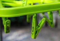 Fermez-vous du plastique de vert de pince à linge pour l'habillement Image stock