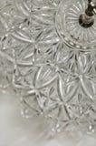 Fermez-vous du plat de portion en cristal posé image stock