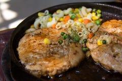 Fermez-vous du plateau grillé délicieux de fruits de mer Image libre de droits