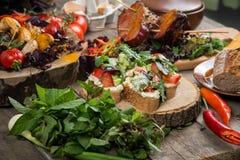 Fermez-vous du plateau végétal grillé coloré de générosité sur la casserole en bois Image libre de droits