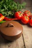 Fermez-vous du plateau végétal grillé coloré de générosité sur la casserole en bois Images stock