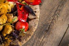 Fermez-vous du plateau végétal grillé coloré de générosité sur la casserole en bois Images libres de droits