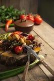 Fermez-vous du plateau végétal grillé coloré de générosité sur la casserole en bois et plongez le repos Images libres de droits