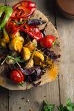 Fermez-vous du plateau végétal grillé coloré de générosité sur le copyspace en bois de casserole Photo stock