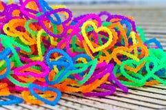 Fermez-vous du plein rainb élastique de bandes de métier à tisser de forme de coeur d'amour de couleur Photographie stock