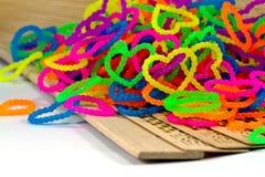 Fermez-vous du plein rainb élastique de bandes de métier à tisser de forme de coeur d'amour de couleur Photographie stock libre de droits