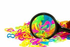Fermez-vous du plein rainb élastique de bandes de métier à tisser de forme de coeur d'amour de couleur Photo stock