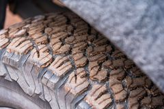 Fermez-vous du pneu 4x4 de bande de roulement outre de la route, texture de sélection sale de roue Photos stock
