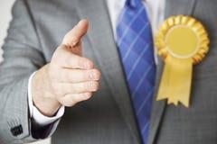 Fermez-vous du politicien que Reaching Out To se serrent la main photo stock