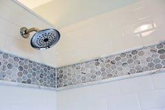 Fermez-vous du pommeau de douche dans une salle de bains Photos libres de droits