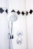 fermez-vous du pommeau de douche moderne de salle de bains à l'hôtel image stock