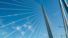 Fermez-vous du pont resté par câble contre le ciel bleu photos stock