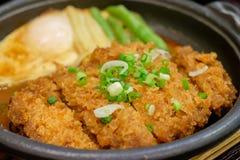 Fermez-vous du porc de côtelette fermenté en sauce à miso de plat chaud Photos stock